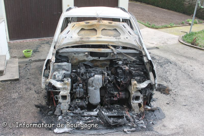saint vallier une voiture d truite par un incendie et se. Black Bedroom Furniture Sets. Home Design Ideas